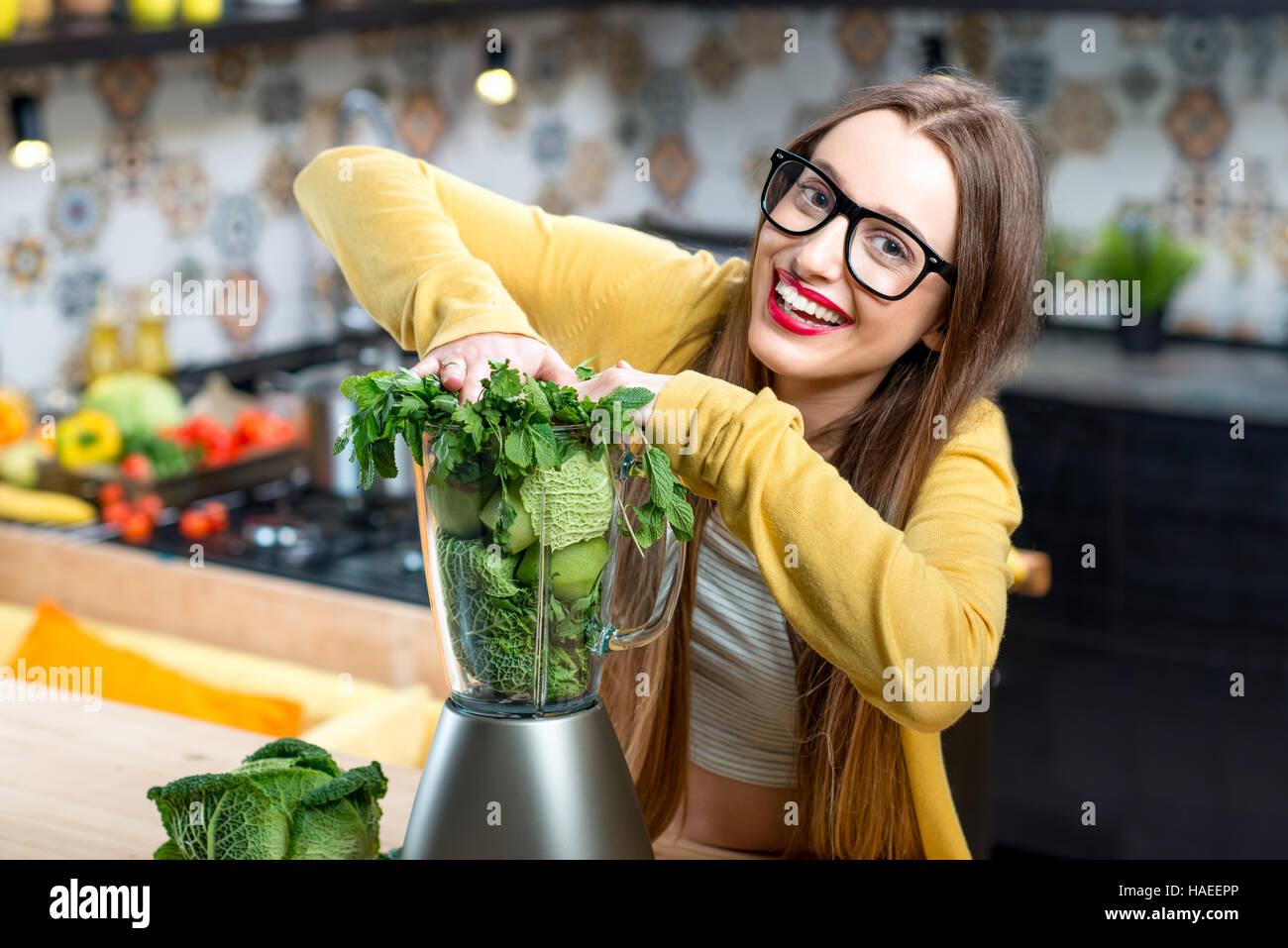 Frau machen smoothie Stockbild