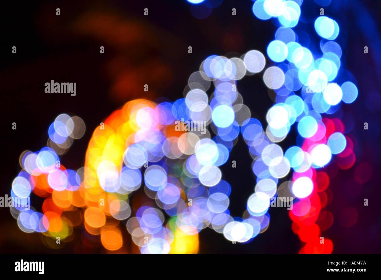 Blaue Weihnachtsbeleuchtung.Bokeh Effekt Von Außen Licht Blaue Rote Und Weiße