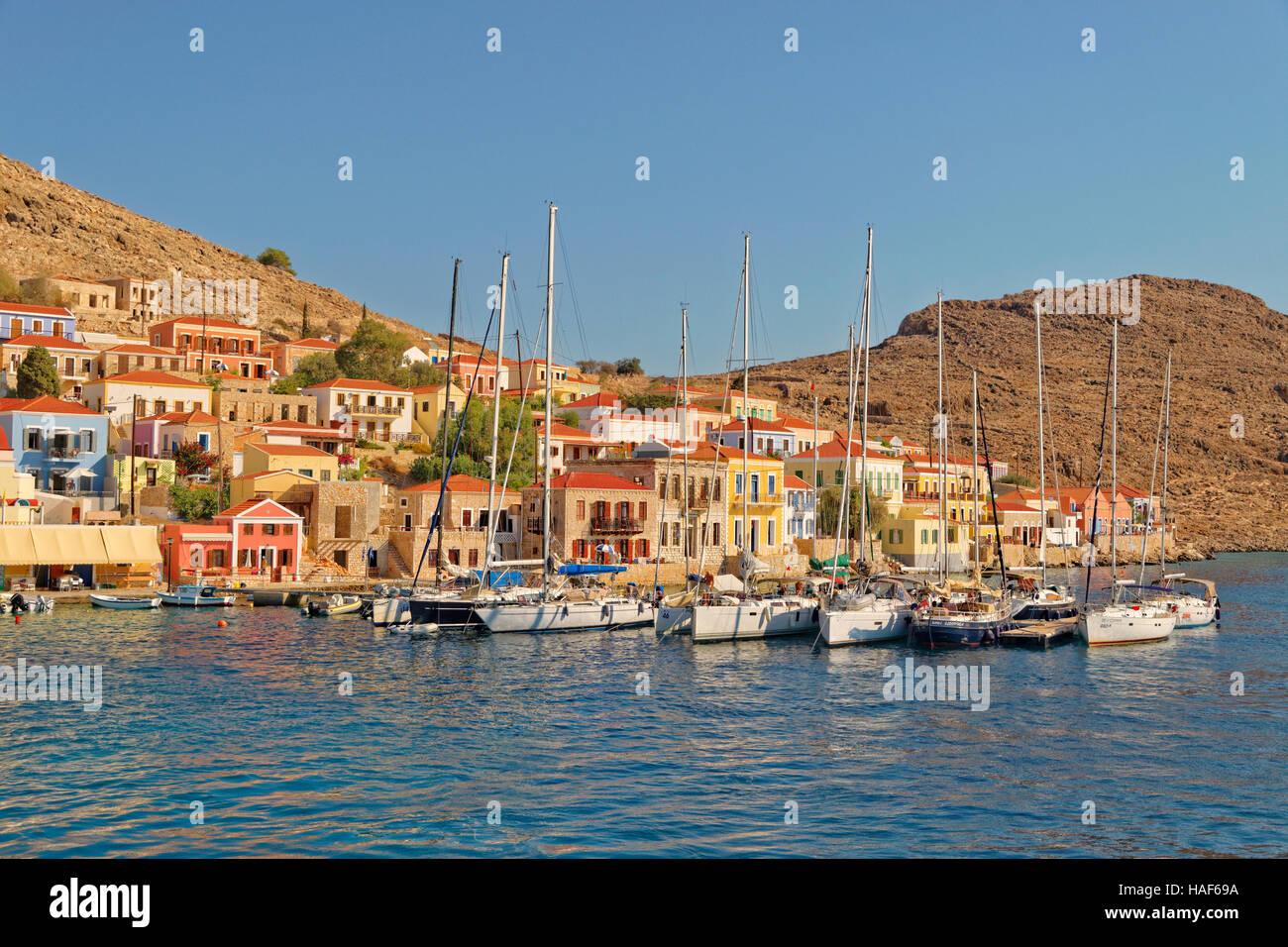 Yacht-Liegeplätze in Chalki Stadt, griechischen Insel Chalki abseits der nördlichen Küste von Rhodos, Stockbild