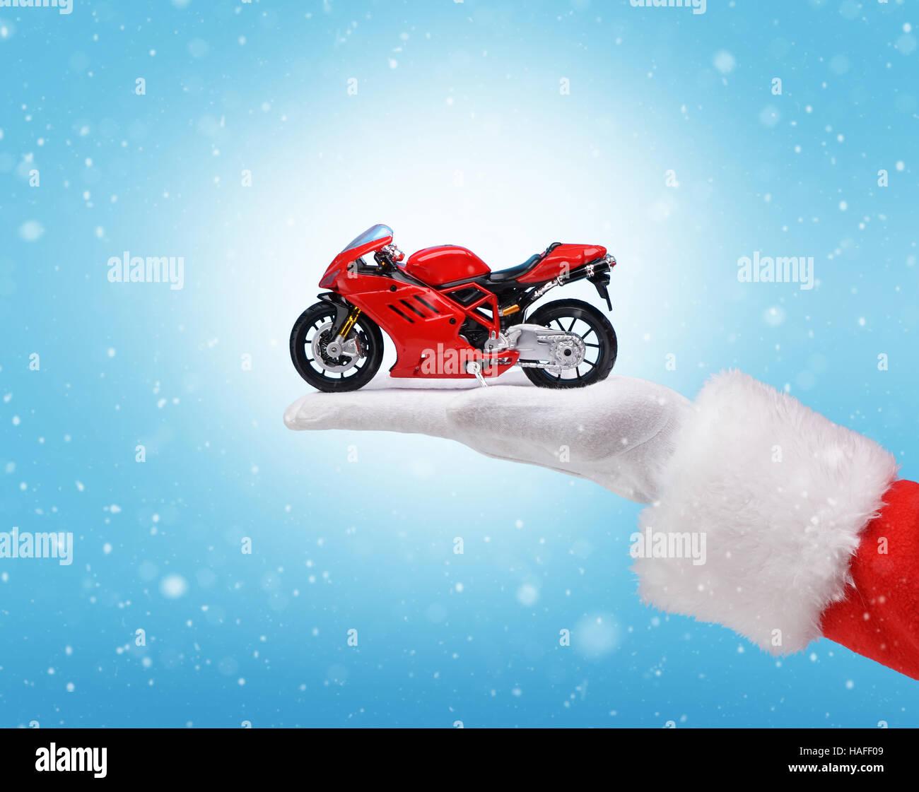 Frohe Weihnachten Motorrad.Hand In Santa Claus Kostum Halt Rot Motorrad Studioaufnahme