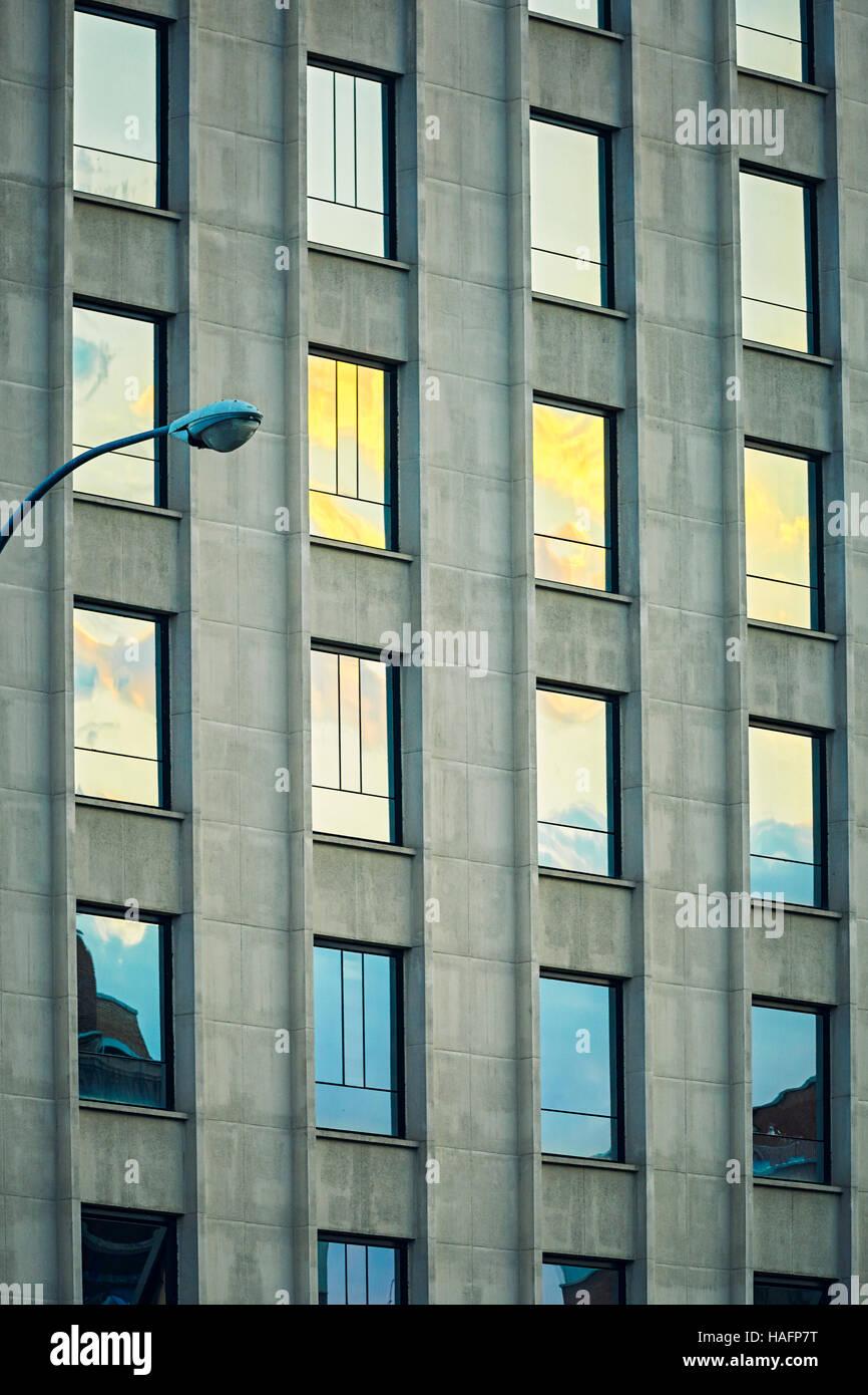 Wiederholungsmuster auf ein Bürogebäude. Madrid. Spanien Stockbild
