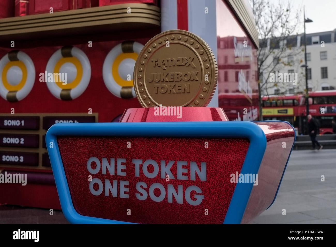London, UK. 1. Dezember 2016.Tk Maxx Weihnachten mitsingen Jukebox ...