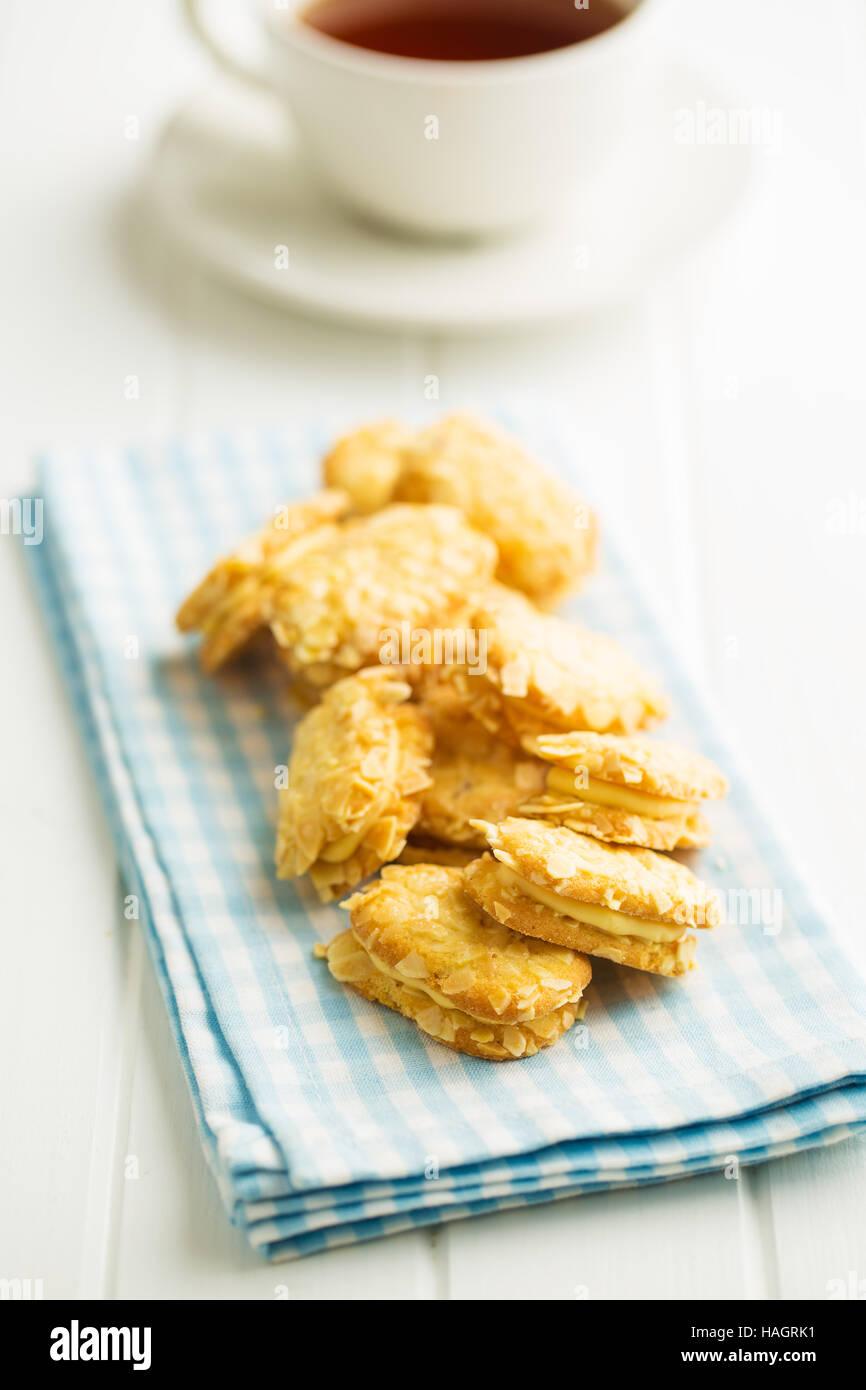 Süße Mandel Cookies am Küchentisch. Stockbild
