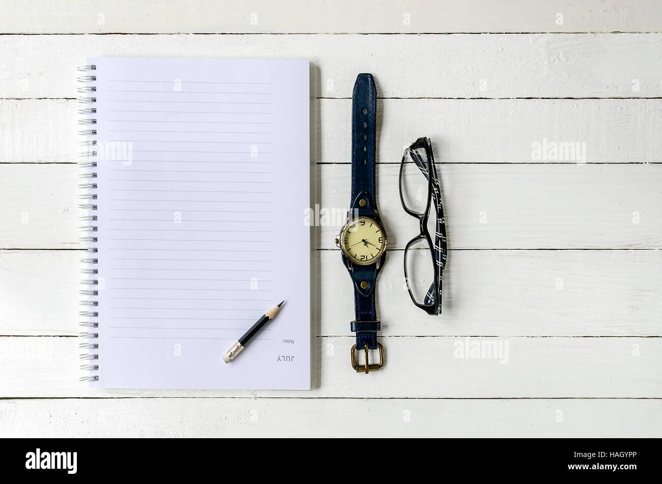 Leere Notiz Buch, Stift, Uhr und Augen Glas auf hölzernen ...