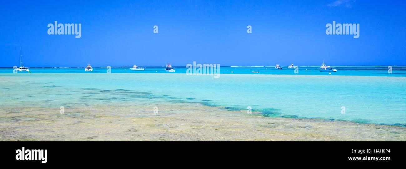 Boote vertäut am Monck Kopf, Coral Bay. Stockbild
