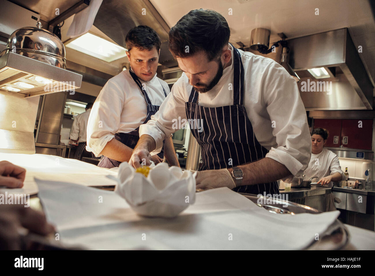 Su Chef Küche   Joni Francisco Chef De Partie Bereitet Eine Gericht Wahrend Tom