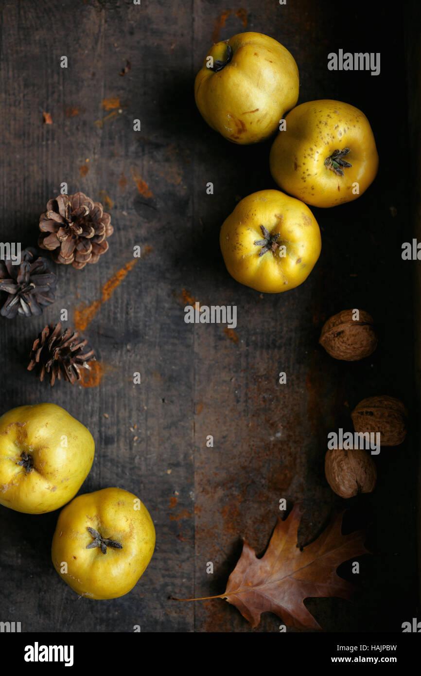 Eine herbstliche Stillleben mit Quitten auf dunklen Holztisch Stockbild