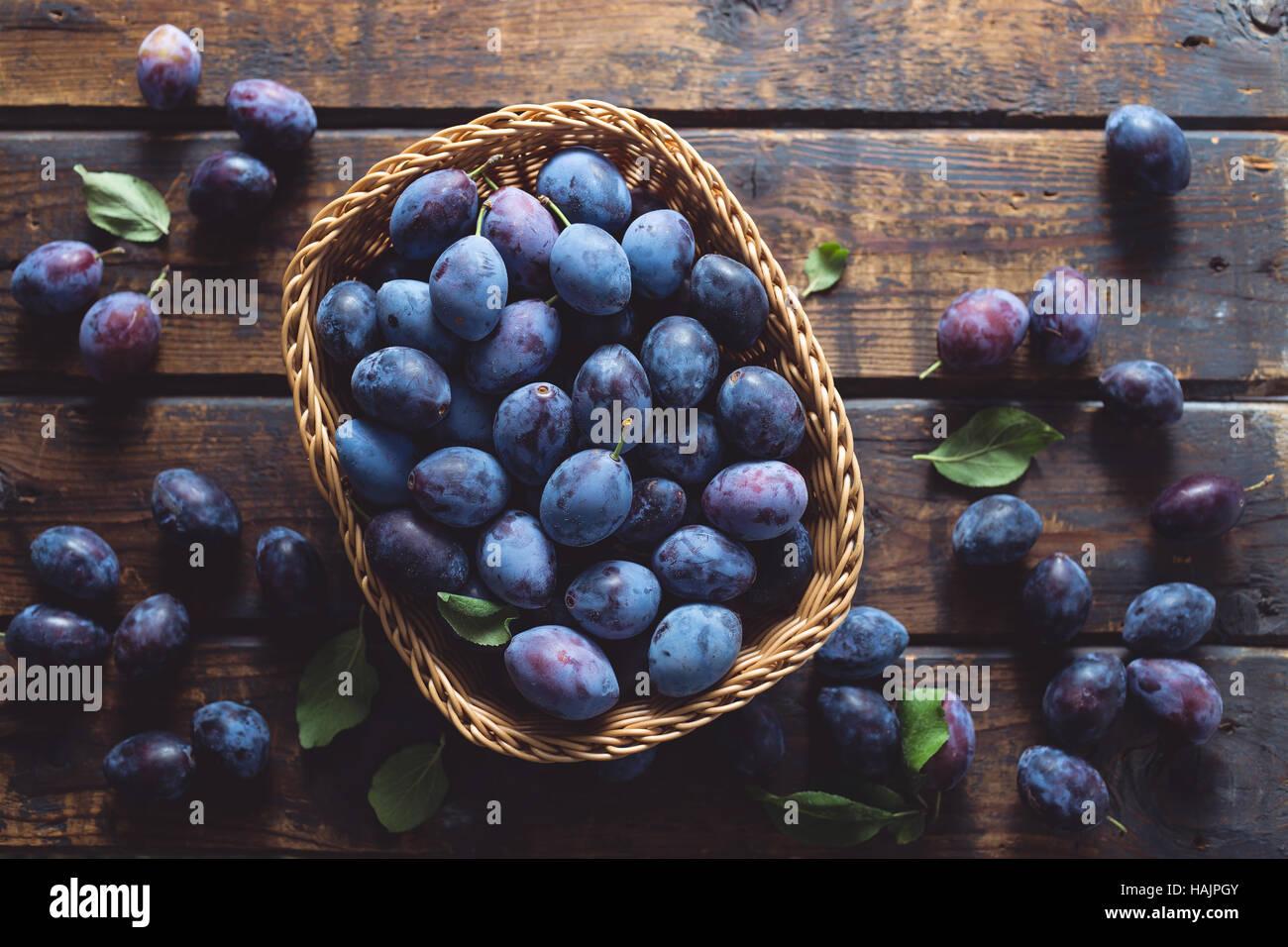 Frisch gepflückt Bio Pflaumen auf einem Holztisch Stockbild