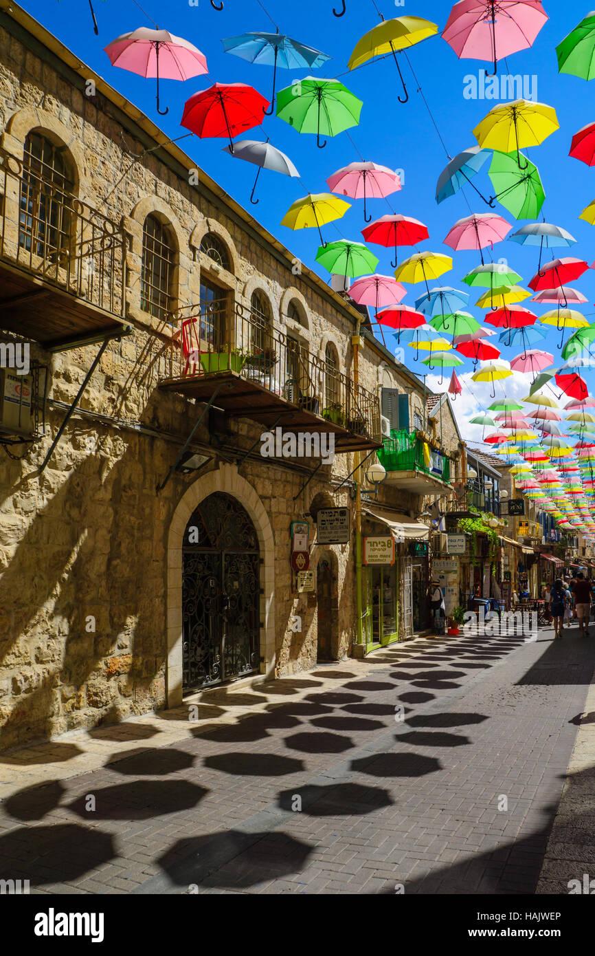 JERUSALEM, ISRAEL - 23. September 2016: Szene von Yoel Moshe Solomon Street, verziert mit bunten Sonnenschirmen, Stockbild