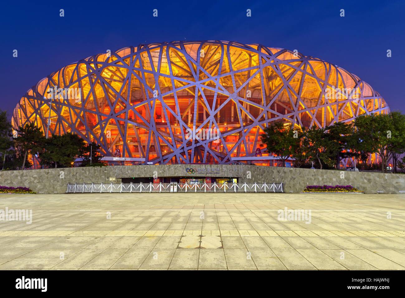Nationalstadion Peking - eine vordere Weitwinkel Nachtansicht von Beijing National Stadium, auch bekannt als Vogelnest, Stockfoto