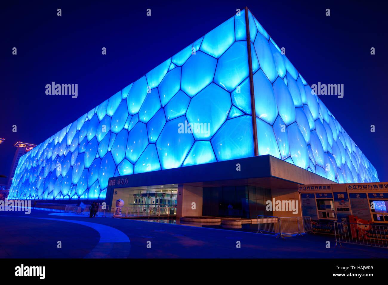 Wasser-Würfel - ein Weitwinkel Nachtansicht von Beijing National Aquatics Center, auch bekannt als Water Cube, im Stockfoto