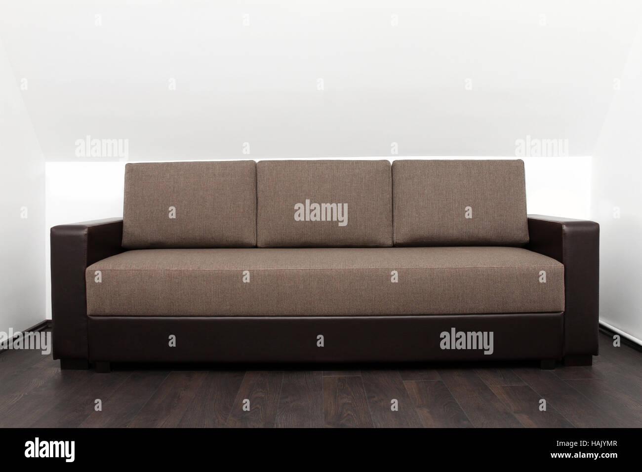 Braune Couch Im Hellen Weißen Innenraum