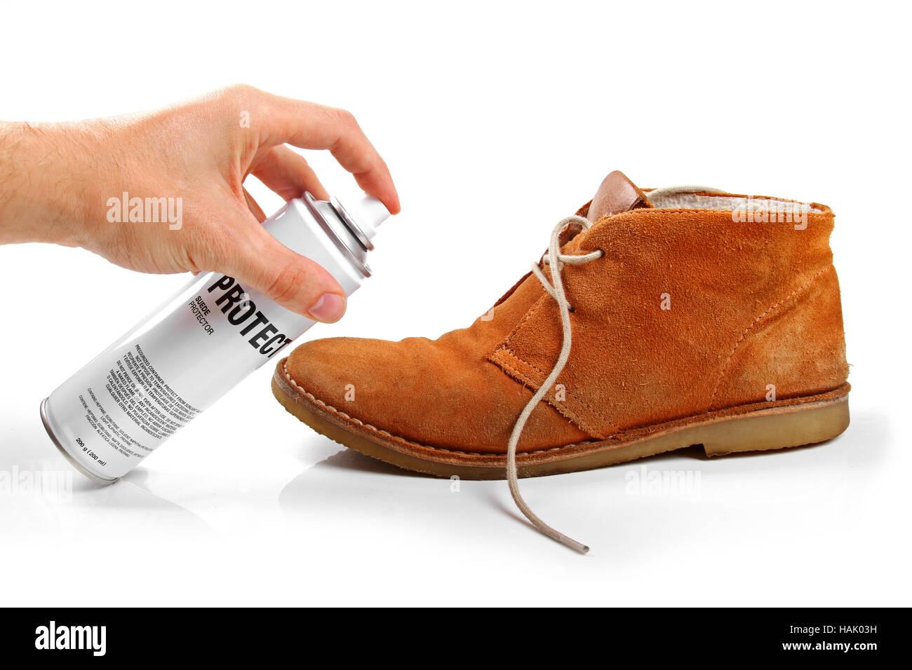 Herren Wildleder Schuh Schutz mit spray Stockbild
