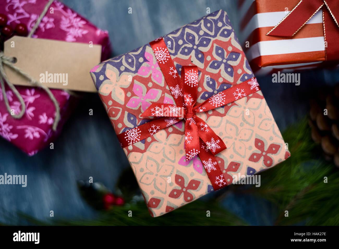 High-Angle Shot von einigen gemütlichen Weihnachtsgeschenke verpackt ...
