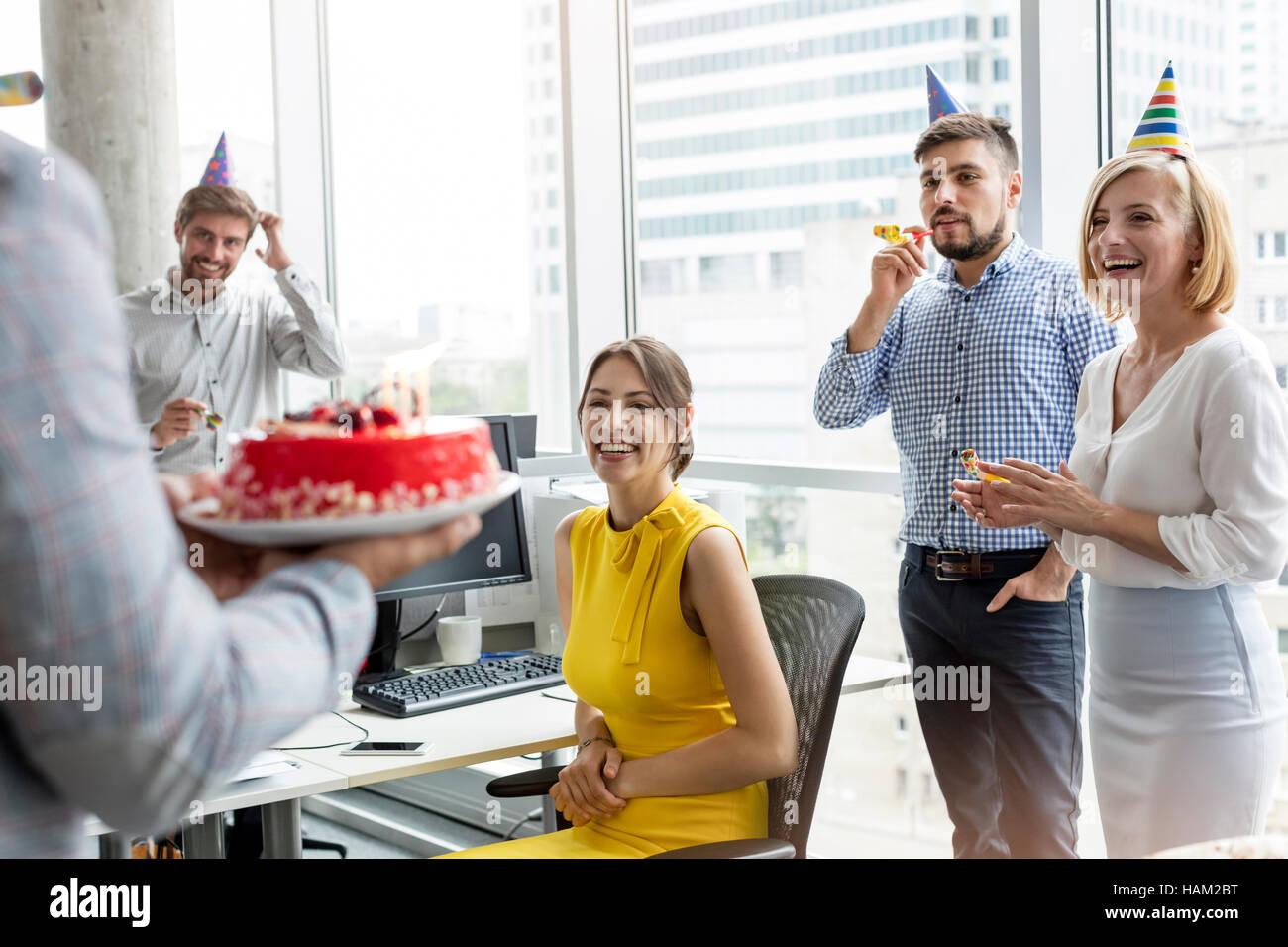 Business Leute Feiert Geburtstag Mit Kuchen Im Buro Stockfoto Bild