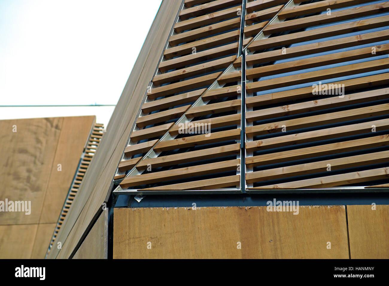 Moderne holzarchitektur  Detail der moderne Holzarchitektur in Brettschichtholz auf blauen ...