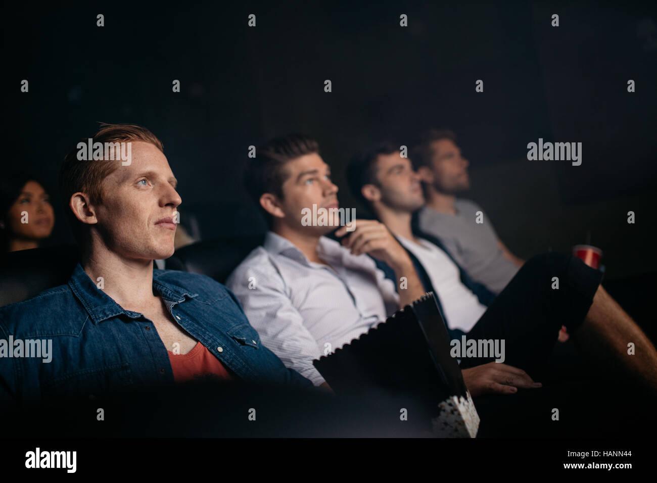 Gruppe von Menschen sitzen in multiplex-Kino. Junge Freunde Film im Kinosaal. Stockbild