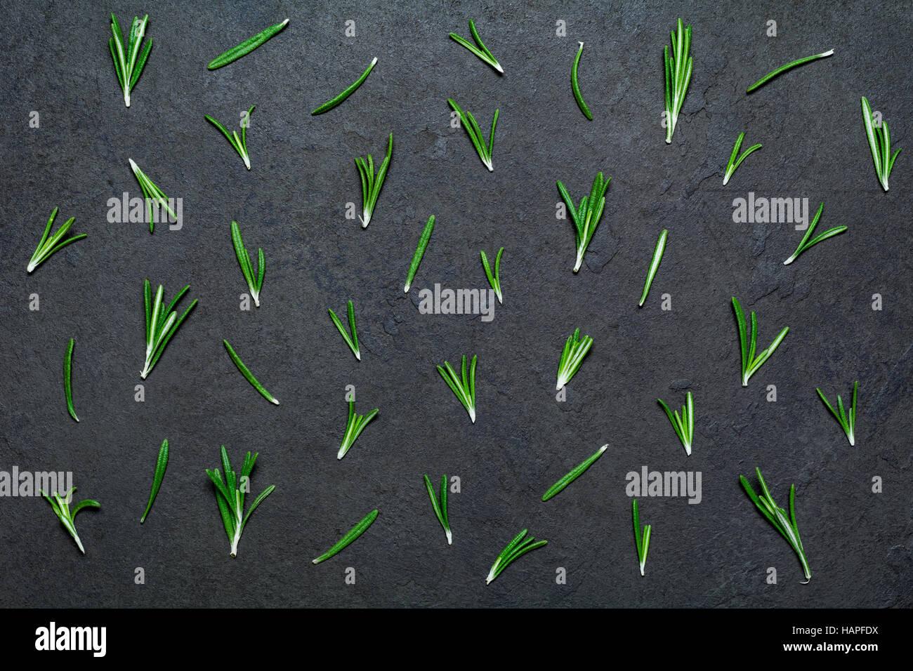Frischer Rosmarin Zusammensetzung. Muster aus Rosmarin Federn auf schwarzem Stein. Horizontales Bild Stockbild