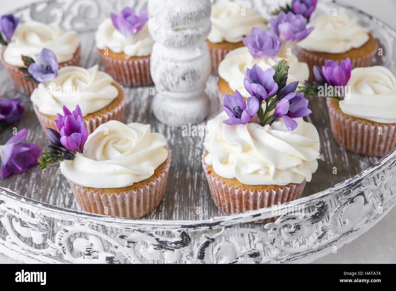 cupcakes mit lila essbare blumen auf vintage kuchen stehen f r tee party stockfoto bild. Black Bedroom Furniture Sets. Home Design Ideas