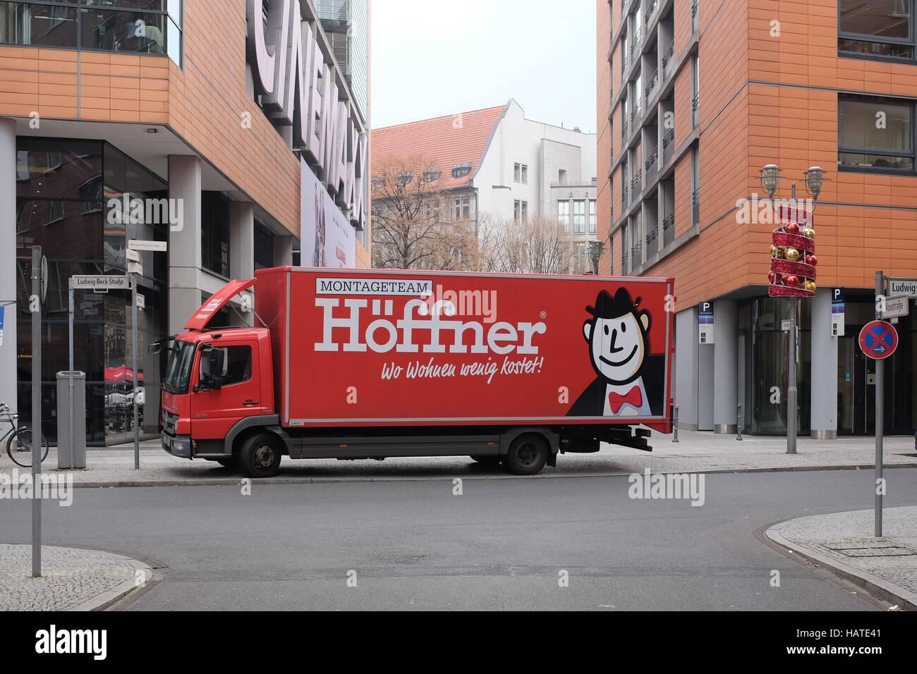 Ein Lkw Von Möbel Höffner Parkt Am Potsdamer Platz In Berlin Foto