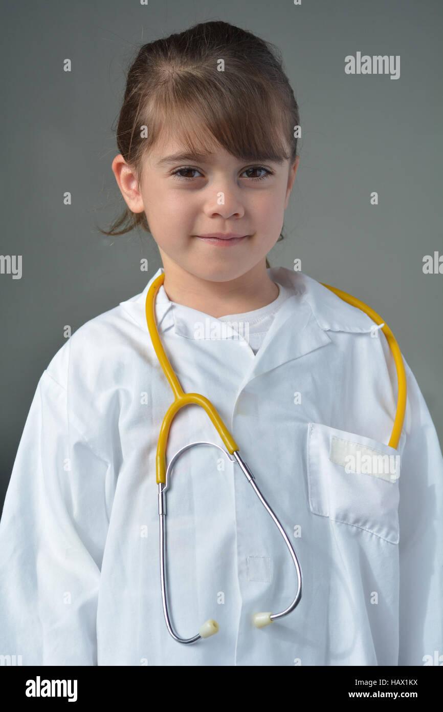 Kleines Kind (Mädchen 6 Jahre), die ein Arzt Spiel so tun, als Arzt ...