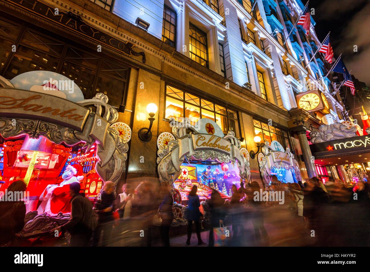 Macy's (Kaufhaus) mit Weihnachtsbeleuchtung und Urlaub-Fenster wird angezeigt. Midtown Manhattan, New York CIty Stockbild