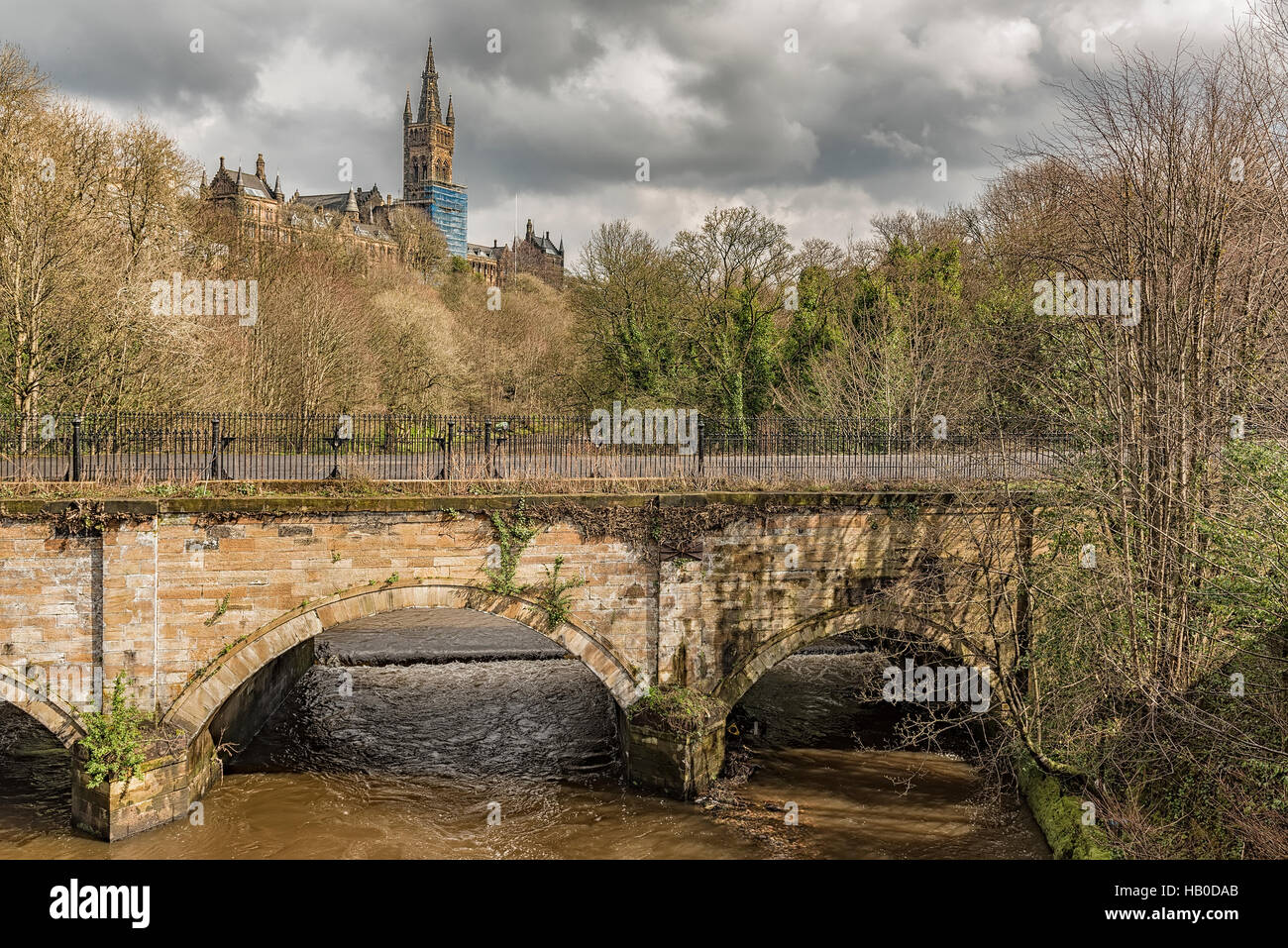 Glasgow Universitätshauptgebäude mit Blick auf den Fluss Kelvin im Westend von Glasgow, Schottland. Stockbild