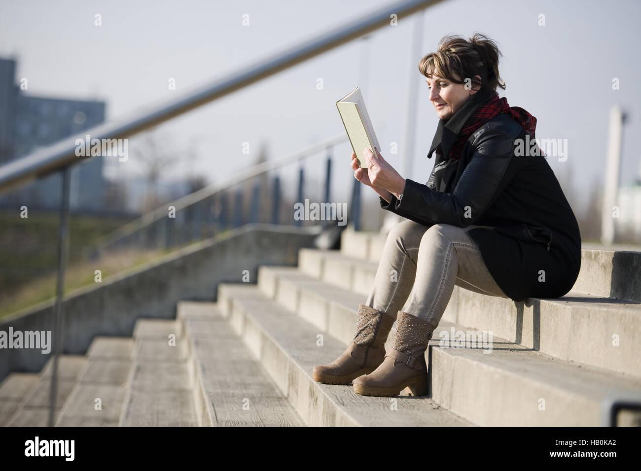 Frau liest ein book_horizontal Stockbild