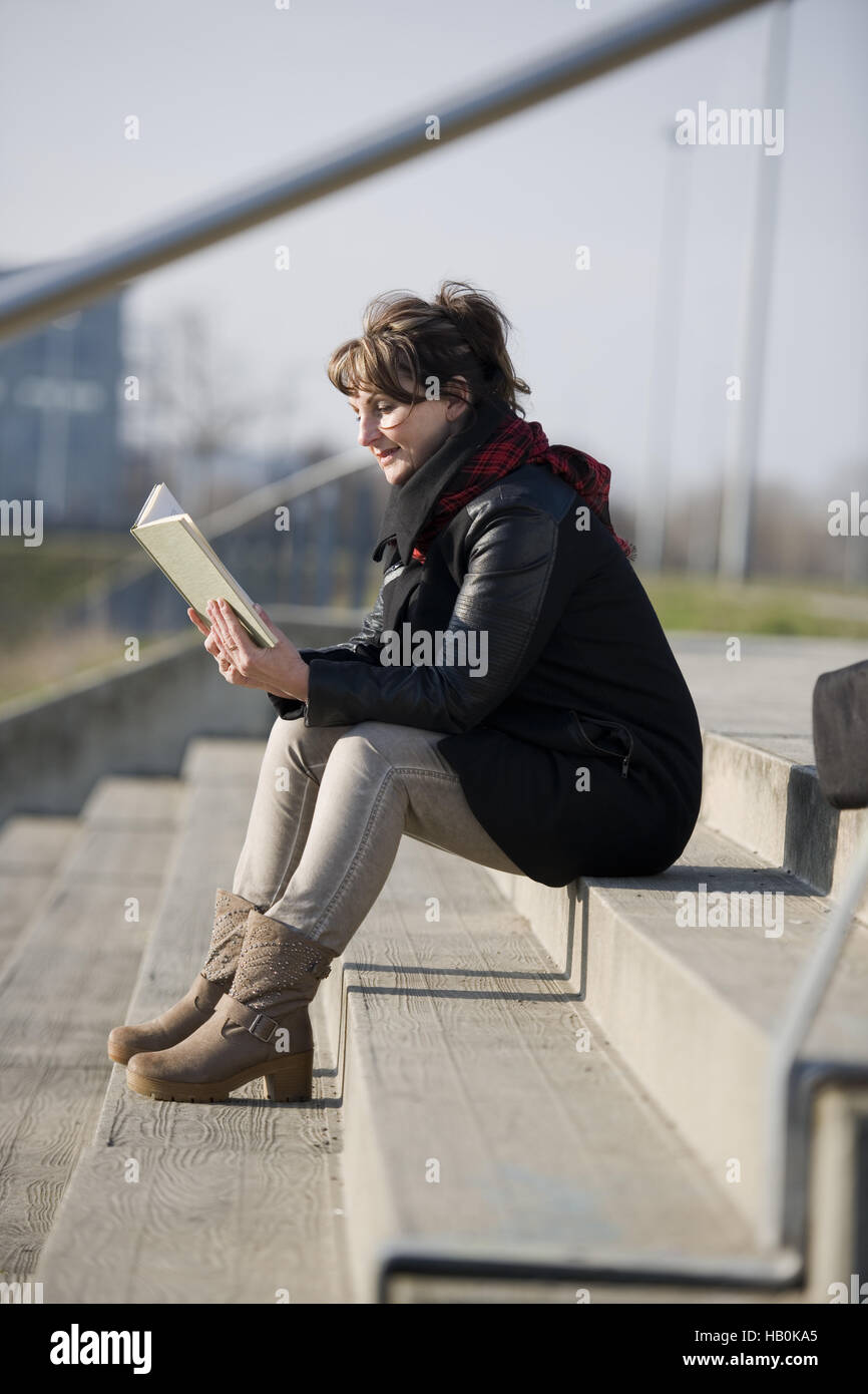 Frau liest ein Buch Stockbild