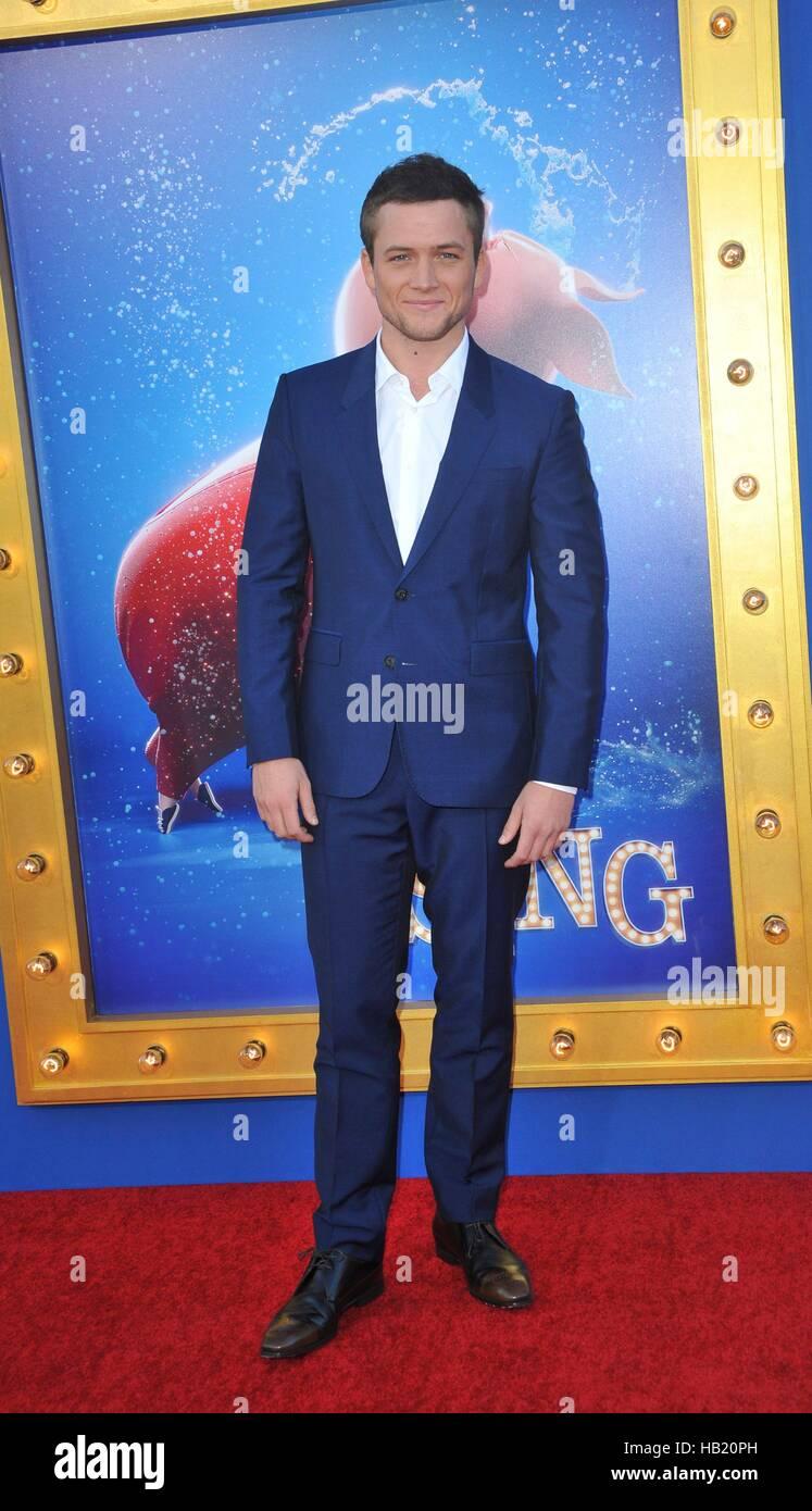 Los Angeles, CA, USA. 3. Dezember 2016. Taron EgertonTaron Egerton im Ankunftsbereich für SING Premiere, L.A. Stockbild