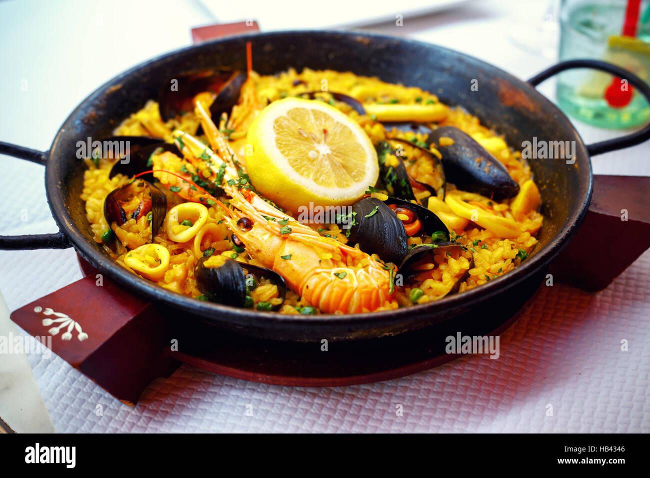 Typische spanische Meeresfrüchte Paella in Pfanne Stockbild