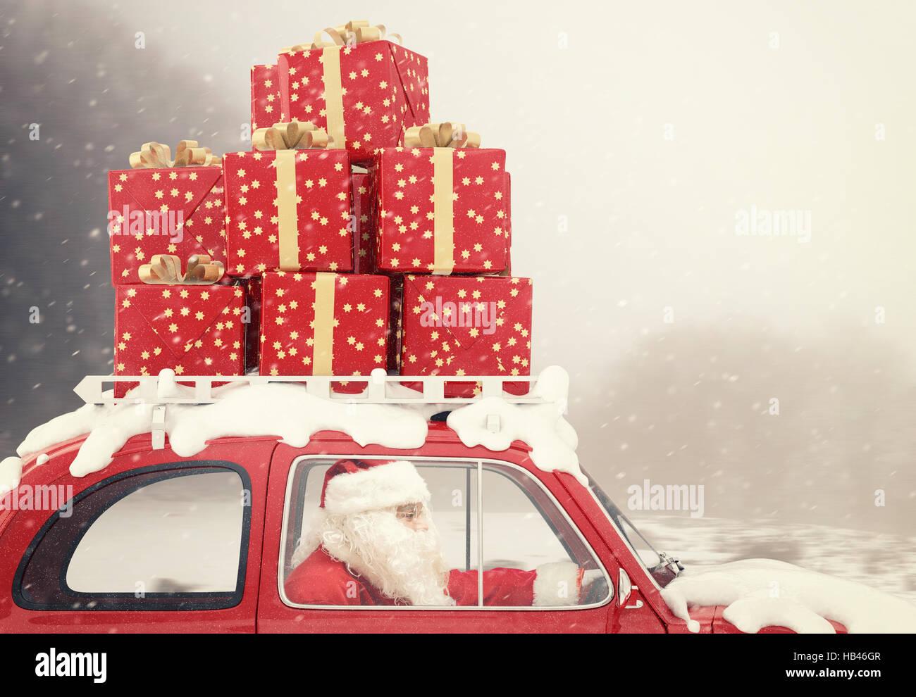 Weihnachtsmann Auf Ein Rotes Auto Voller Weihnachtsgeschenk