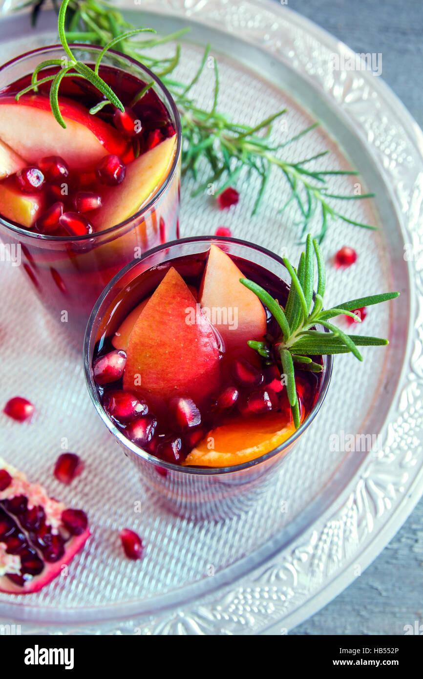 An Weihnachten, im Herbst oder Winter Sangria mit Orangen, Äpfel ...