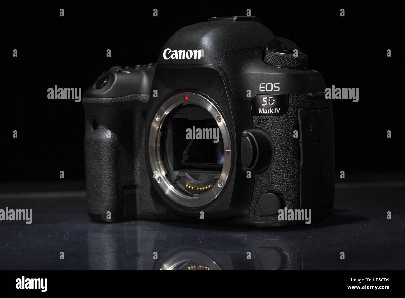 Canon 5D Mark IV Kamera Körper auf einem dunklen Hintergrund ...