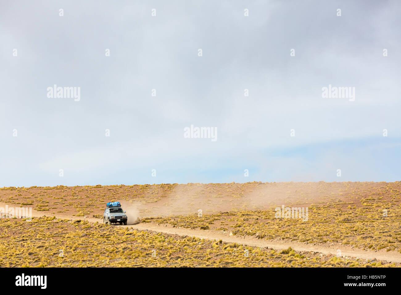 Off-Road-Fahrzeug fährt in der Atacama-Wüste, Bolivien Stockbild
