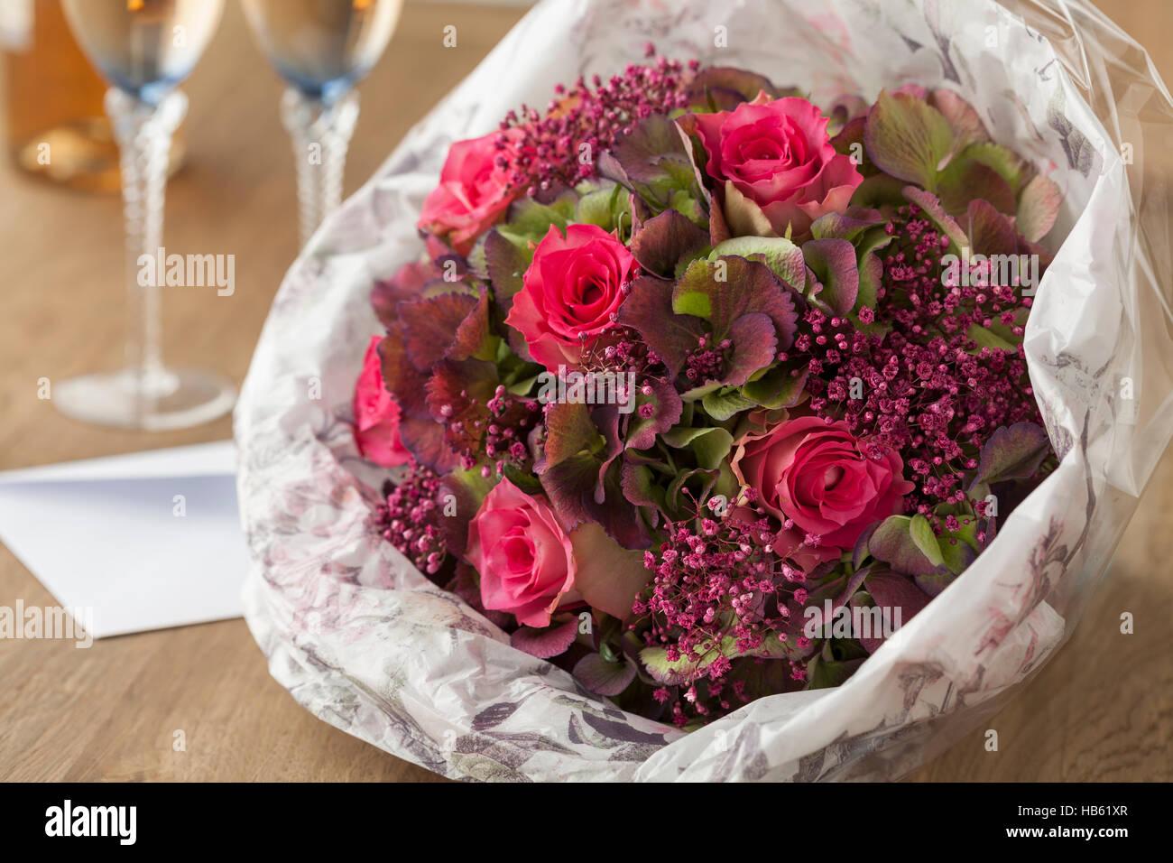 Festliches Bouquet mit rosa Rosen als Geschenk Stockbild