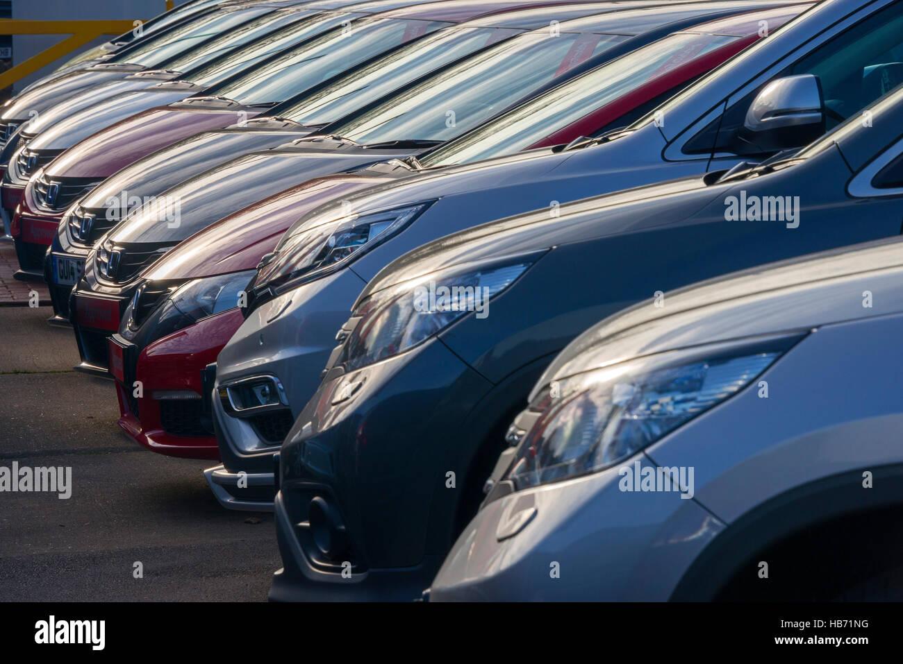 Linie von Gebrauchtwagen zum Verkauf auf Showroom-Vorplatz Stockbild