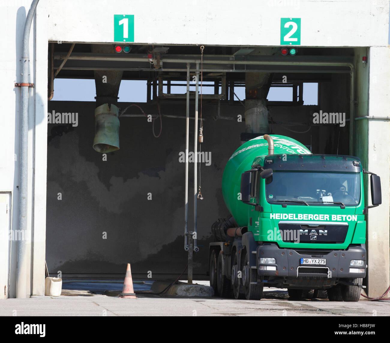 Betonmischer wird aufgefüllt, Heidelberger Beton, Fabrikgebäude, Hemelinger Hafen, Bremen, Deutschland Stockbild