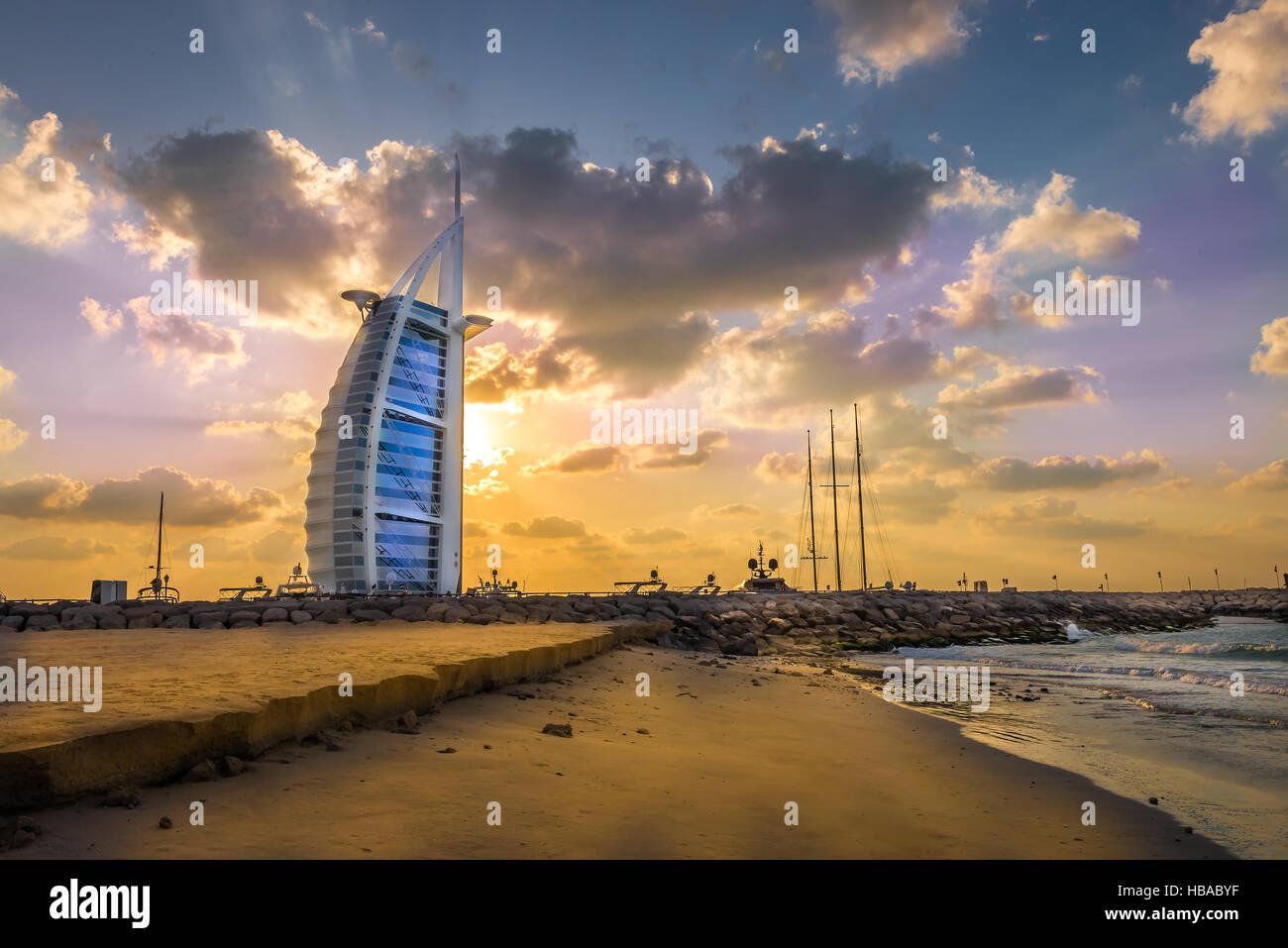 Burj Al Arab und Marina bei Sonnenuntergang, Dubai Stockbild