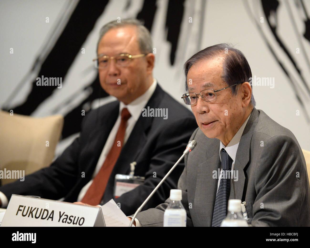 Shizuoka, Japan. 5. Dezember 2016. Ehemaligen japanischen Premierminister Yasuo Fukuda spricht während der Stockbild