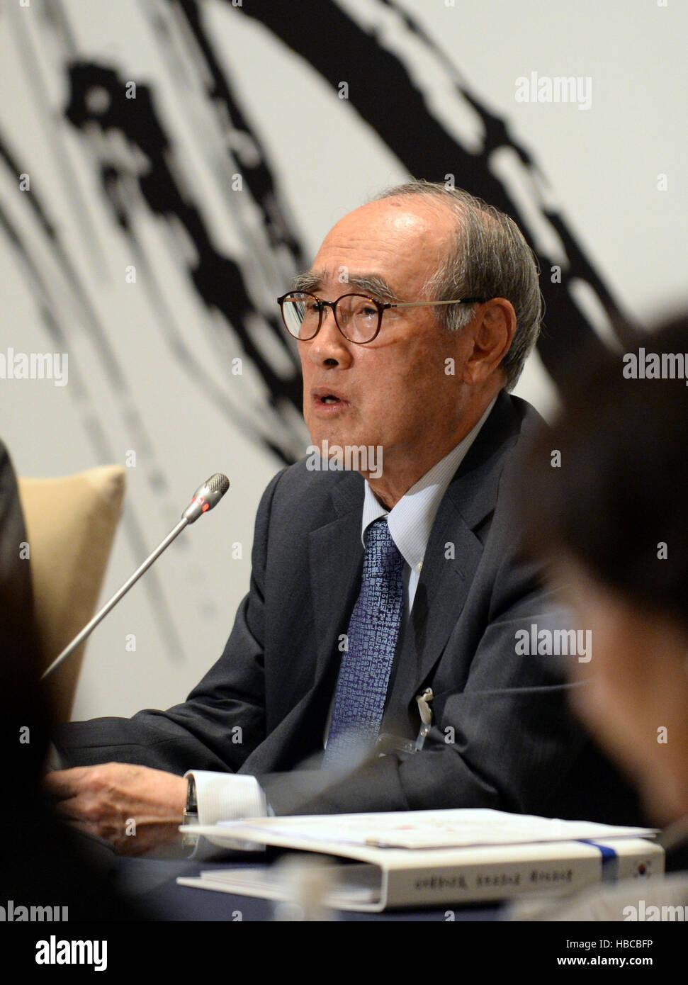Shizuoka, Japan. 5. Dezember 2016. Ehemaliger südkoreanischer Premierminister Lee Hong-Koo spricht während Stockbild