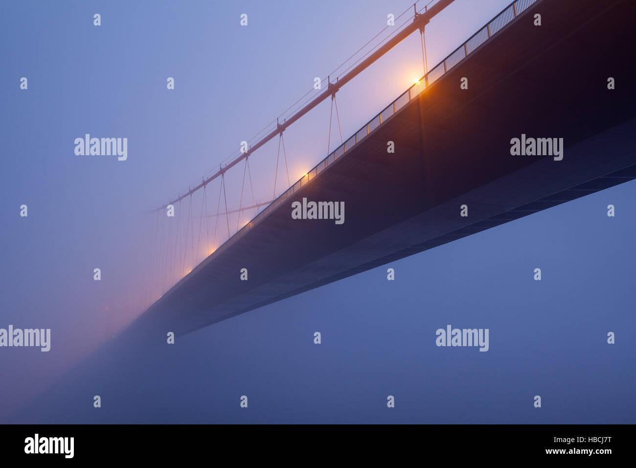 Barton-upon-Humber, North Lincolnshire, UK. 6. Dezember 2016. UK-Wetter. Die Humber Bridge eingehüllt in Morgennebel Stockbild