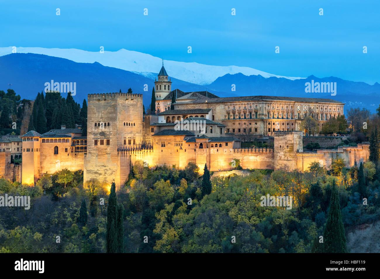 Alhambra - mittelalterliche maurische Festung, umgeben von gelb im Herbst Bäume beleuchtet am Abend, Granada, Stockbild