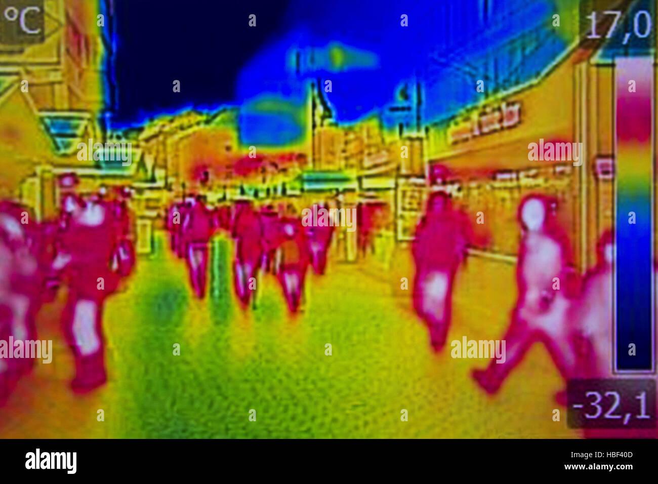 Infrarot-Wärmebild Menschen zu Fuß die Straßen der Stadt