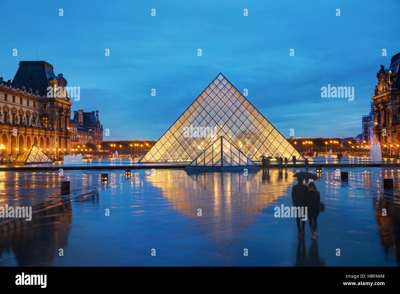 PARIS - 4 NOVEMBER: Der Louvre-Pyramide am 4. November 2016 in Paris, Frankreich. Es dient als Haupteingang zum Stockbild