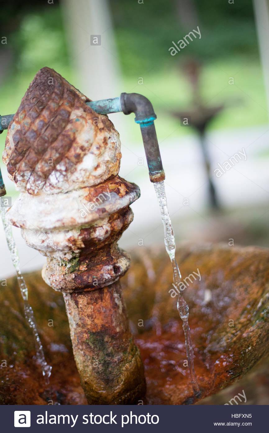 Natürlich stilles Wasser vom Gouverneur Frühling, eins von achtzehn öffentlichen Mineralquellen in Stockbild