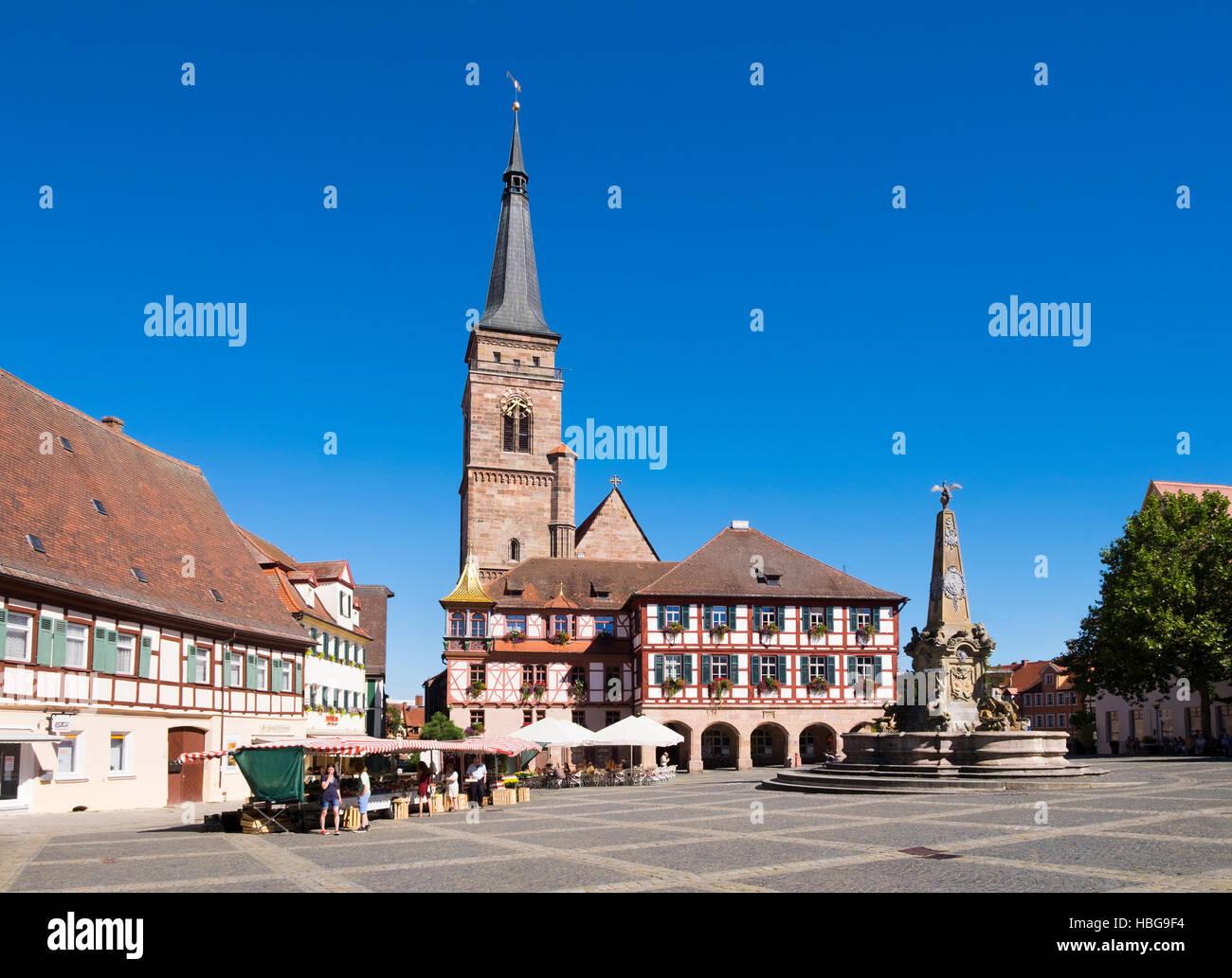 Schöner Brunnen, Brunnen, Rathaus und Kirche, Königsplatz, Schwabach, Mittelfranken, Franken, Bayern, Stockbild