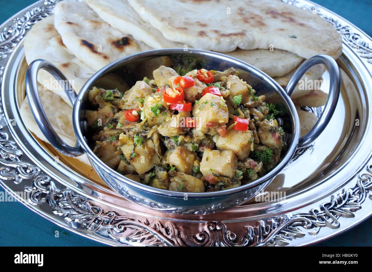 Draufsicht der indischen Alu Rehkörner Küche serviert mit Naan ...