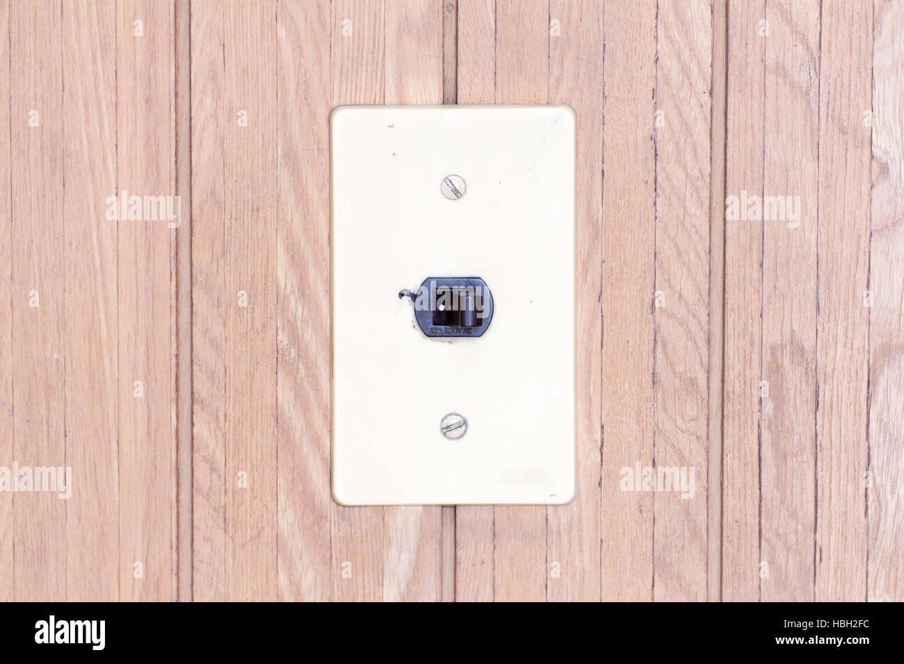 Japanische Retro-elektrischer Schalter auf den hölzernen Walll als ...