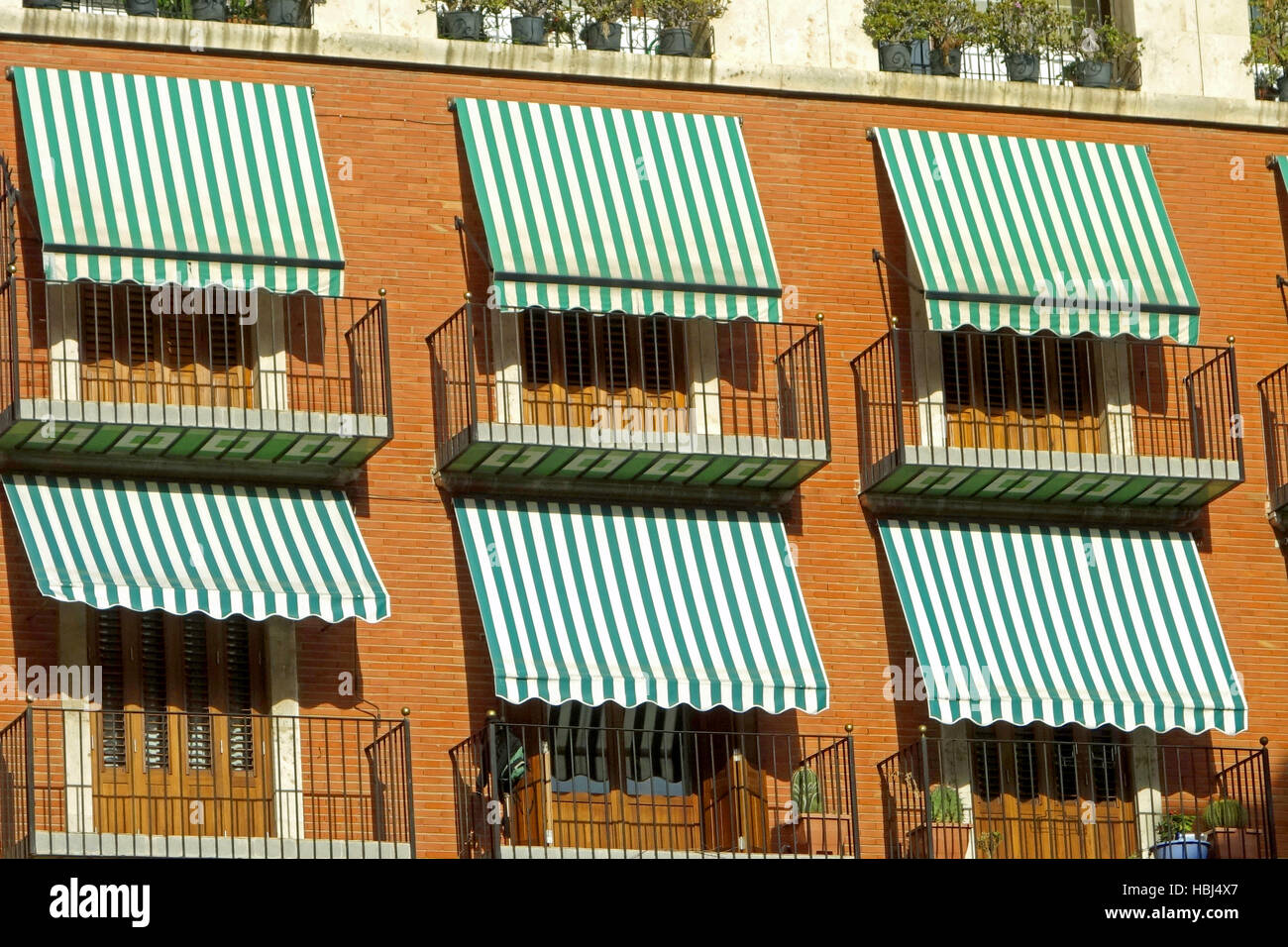 Awnings stockfotos awnings bilder alamy for Haus in spanien
